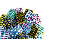 Vista superiore delle pillole antibiotiche della capsula isolate in blister isolato su fondo bianco con lo spazio della copia Dro immagini stock