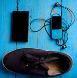 Vista superiore delle scarpe da tennis e del telefono Fotografie Stock Libere da Diritti