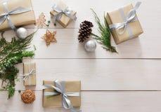 Vista superiore delle scatole del regalo di Natale su legno bianco Immagine Stock Libera da Diritti
