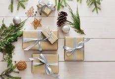 Vista superiore delle scatole del regalo di Natale su legno bianco Immagini Stock