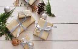 Vista superiore delle scatole del regalo di Natale su legno bianco Fotografia Stock