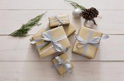 Vista superiore delle scatole del regalo di Natale su legno bianco Fotografie Stock