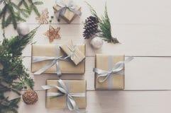 Vista superiore delle scatole del regalo di Natale su legno bianco Fotografia Stock Libera da Diritti
