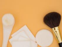 Vista superiore delle spazzole, dei cuscinetti di cotone e dell'insieme del soffio di polvere Fotografia Stock