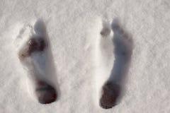 Vista superiore delle stampe del piede nudo nella neve immagine stock libera da diritti