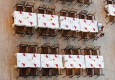 Vista superiore delle tabelle di pranzo in un ristorante fotografia stock libera da diritti