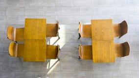 Vista superiore delle tavole e delle sedie di legno Immagine Stock