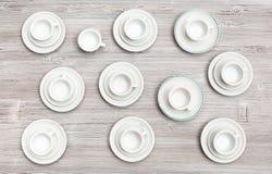 Vista superiore delle tazze e dei piattini sulla tavola marrone grigia Immagini Stock Libere da Diritti