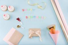 Vista superiore delle torte di compleanno con il modello del contenitore di regalo Immagini Stock Libere da Diritti