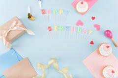 Vista superiore delle torte di compleanno con il modello del contenitore di regalo Fotografia Stock