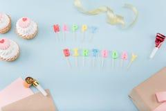 Vista superiore delle torte di compleanno con il modello del contenitore di regalo Immagine Stock Libera da Diritti