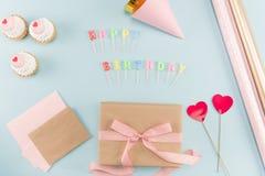 Vista superiore delle torte di compleanno con il modello del contenitore di regalo Fotografie Stock Libere da Diritti
