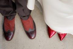 Vista superiore dello sposo s e delle gambe della sposa s in scarpe alla moda sui precedenti di erba verde immagini stock