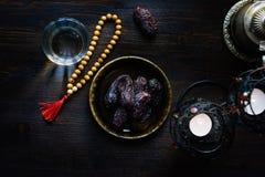 Vista superiore di acqua per il rosario e le date iftar e islamici del Ramadan Immagine Stock