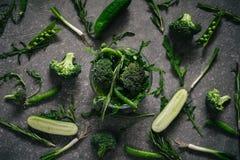 Vista superiore di alimento vegetariano verde sulla tavola rustica scura Fotografie Stock Libere da Diritti