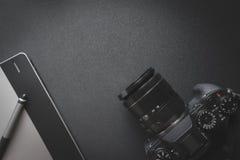 Vista superiore di area di lavoro sulla tavola scura di un progettista o di una p creativo Fotografia Stock