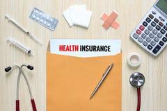 Vista superiore di assicurazione malattia con la busta della lettera, stetoscopio, Fotografia Stock