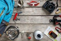 Vista superiore di attrezzatura turistica per il viaggio ed il turismo su un pavimento di legno leggero rustico con uno spazio vu fotografie stock libere da diritti