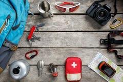 Vista superiore di attrezzatura turistica per il viaggio ed il turismo su un pavimento di legno leggero rustico con uno spazio vu fotografie stock