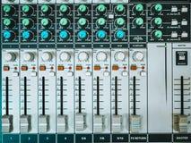 Vista superiore di audio fader e manopole del regolatore del DJ fotografia stock