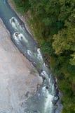 Vista superiore di bello fiume della montagna immagini stock