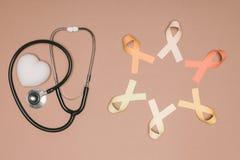 vista superiore di cuore sistemato, dello stetoscopio e dei nastri variopinti Fotografia Stock Libera da Diritti