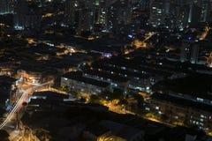 Vista superiore di esposizione lunga di notte di una vicinanza ammucchiata di Sao Paulo, Brasile immagini stock libere da diritti
