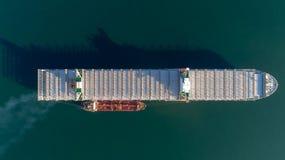 Vista superiore di grande nave porta-container vuota e di un'autocisterna che stanno parallelamente Fotografie Stock
