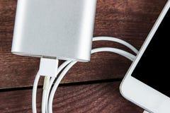 Vista superiore di incarico dello Smartphone del powerbank grigio fotografia stock libera da diritti