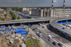 Vista superiore di interchan automobilistico del viadotto non finito della costruzione fotografie stock libere da diritti