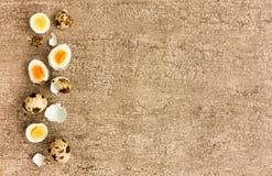 Vista superiore di intere, uova di quaglia sgusciate e divise in due immagini stock libere da diritti