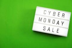 Vista superiore di lunedì di vendita di disposizione cyber del piano su fondo verde immagini stock