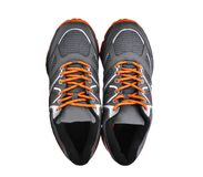 Vista superiore di nuove scarpe unbranded di sport isolate su bianco fotografia stock libera da diritti