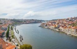 Vista superiore di paesaggio urbano di Oporto Oporto al fiume il Duero e ad entrambi i lati della città Fotografie Stock