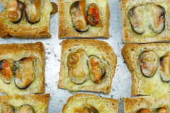 Vista superiore di pane al forno con la cozza ed il formaggio Fotografia Stock Libera da Diritti
