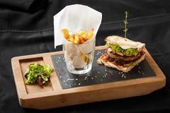 Vista superiore di pane tostato con bacon e le patate fritti immagine stock libera da diritti