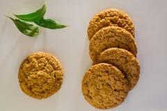 Vista superiore di parecchi biscotti di farina d'avena con la foglia di alloro Fotografia Stock Libera da Diritti