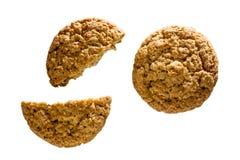 Vista superiore di parecchi biscotti di farina d'avena isolati su fondo bianco Immagini Stock