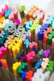 Vista superiore di parecchi di indicatori colorati multi, delle fodere per il disegno, degli schizzi e della calligrafia Fotografie Stock Libere da Diritti