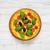 Vista superiore di pizza con il pomodoro ed il basilico fotografie stock