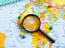 Vista superiore di progettazione un viaggio o dei sogni di pianificazione di viaggio di avventura Programma del mondo concetto di immagini stock libere da diritti