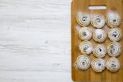 Vista superiore, di recente biscotti al forno su un bordo di bambù Priorità bassa di legno bianca Fotografie Stock