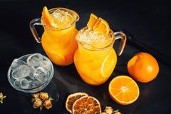 Vista superiore di rinfresco e dell'acqua deliziosa dell'agrume con la menta e le arance Dettagli della limonata Fotografia Stock