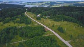 Vista superiore di singola casa in clip della foresta Casa a distanza dalla città situata in foresta nella calma e nella tranquil fotografia stock libera da diritti
