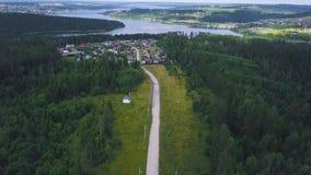 Vista superiore di singola casa in clip della foresta Casa a distanza dalla città situata in foresta nella calma e nella tranquil fotografia stock