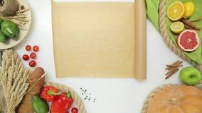 Vista superiore di spiegamento della mano della donna che cucina carta Stile di vita sano, alimento di dieta video d archivio