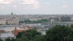 Vista superiore di stupore sul Danubio nella città di Budapest con il ponte antico archivi video