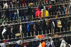 Vista superiore di tantissimi vestiti differenti sui ganci Fuoco selettivo Fotografia Stock Libera da Diritti