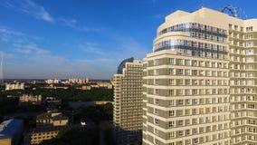 Vista superiore di un complesso residenziale moderno con le alte belle case clip Una grande finestra in una costruzione di appart Immagine Stock Libera da Diritti