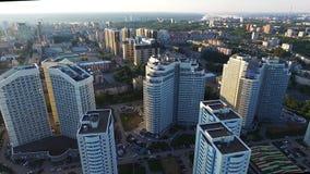 Vista superiore di un complesso residenziale moderno con le alte belle case clip Una grande finestra in una costruzione di appart Immagini Stock Libere da Diritti